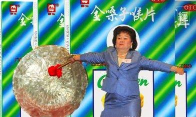 金嗓子創辦人江佩珍因欠債被限制出境 當年霸氣敲鑼成股民集體回憶