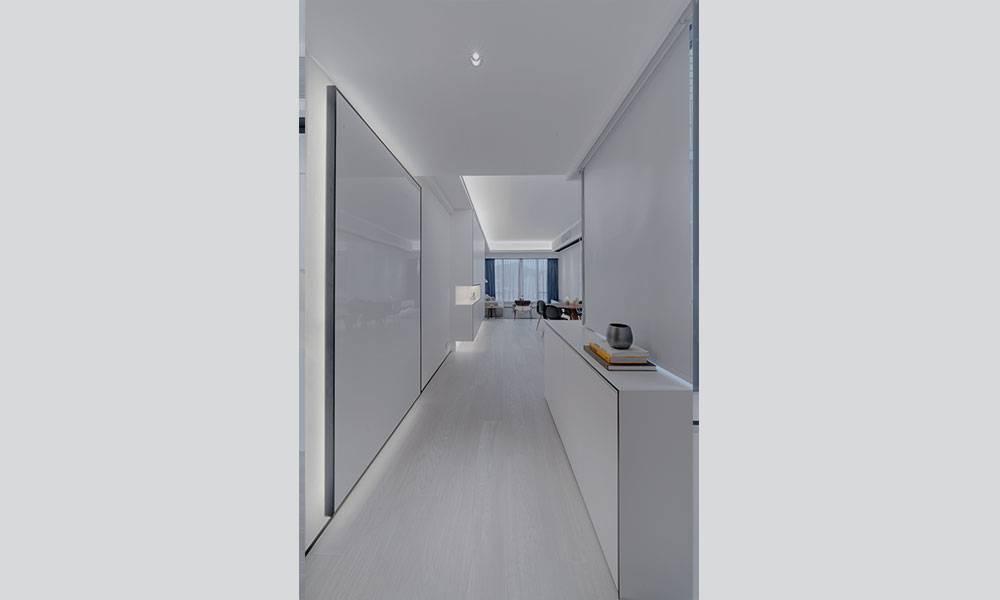 【裝修設計】以全白風格裝修1,186呎豪宅單位 靈活運用色彩搭配 改用LED的燈帶營造柔和燈光 示範「簡約不簡單」
