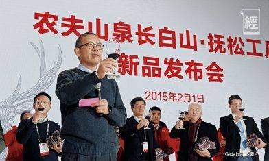 農夫山泉創辦人鍾睒睒 身家一度超越馬化騰成中國首富 曾遭娃哈哈老闆辭退 反成其最大競爭對手?
