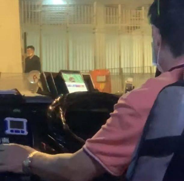 【網上熱話】紅Van司機疑邊揸車邊睇波 網友:好危險喎