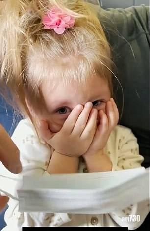 【網上熱話】兩歲女唔肯戴罩 全家遭趕落機 母拍片哭訴冤屈 (有片)