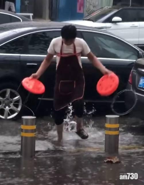 【網上熱話】飯店外有「水氹」?店家一招免食客濕腳