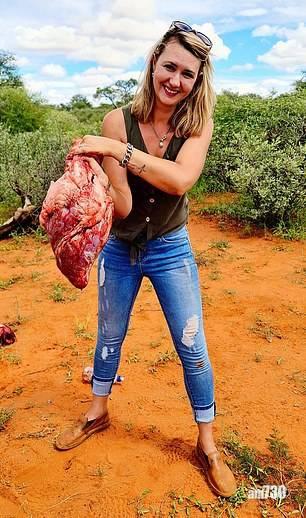 網絡公審|南非女手執長頸鹿心臟  曬丈夫付打獵錢助圓心願 網民怒批