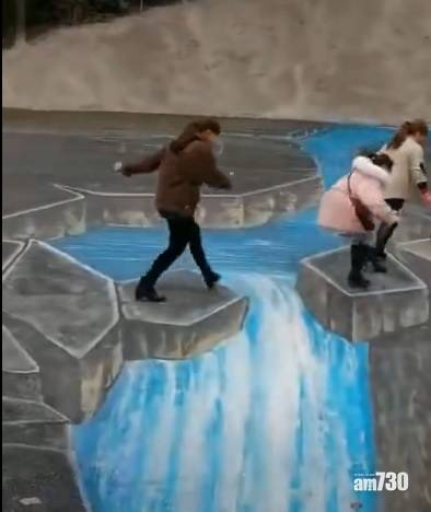 網上熱話 4名阿姨跨越3D立體畫爆布 網民︰戲假情真