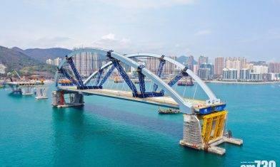 將軍澳跨灣連接路|港首用浮托法建橋 重逾萬噸雙拱鋼橋完成安裝
