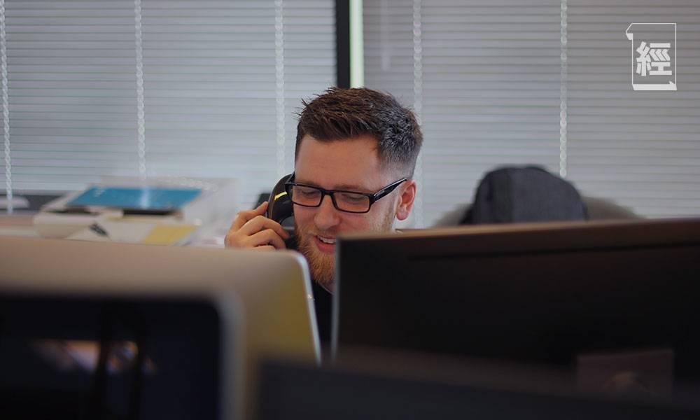 【職場英語】打工仔返工聽電話 如何有禮貌地請對方等候?講sorry原來有雙重意思 內附實例|Ken Ng