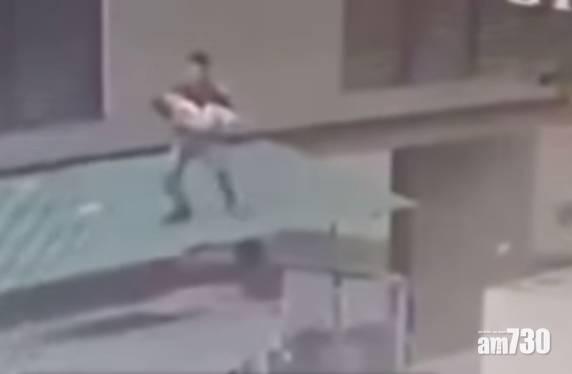 驚險 2歲女童從12樓露台墮下 送貨司機急忙攀上簷篷接住 (有片)