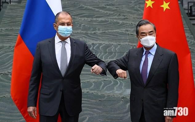 不可亂戴|出訪中國 俄外長口罩印反防疫隔離英文粗口縮寫