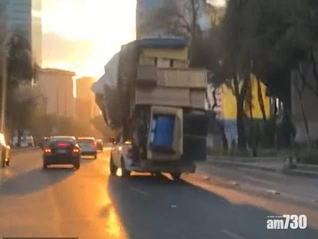 大件過架車|墨西哥住戶搬屋  衣櫃櫉櫃枱凳床架通通綁在小卡車上