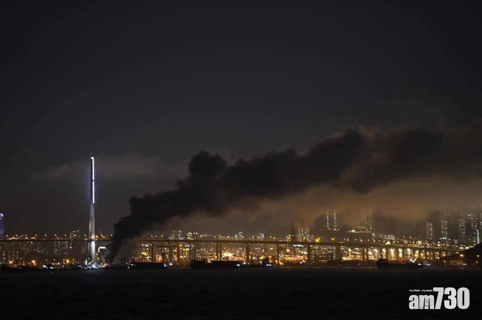 更新|昂船洲金屬廢料貨船起火 多區有濃烈「怪味」  消防籲居民暫關窗