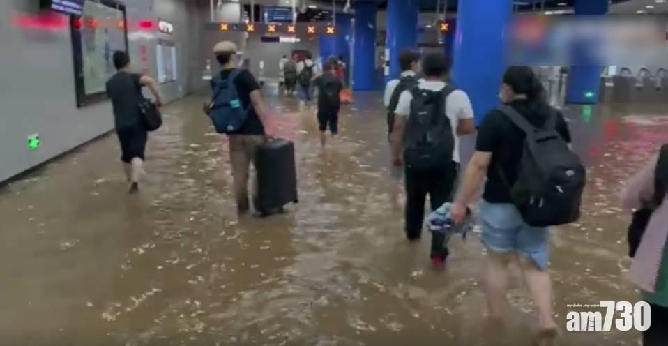 北京暴雨 地鐵站變水舞間 樓梯成瀑布 月台現水簾