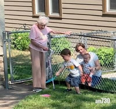 忘年之交|疫情與外隔絕  2歲男童與99歲鄰居婆婆成好友