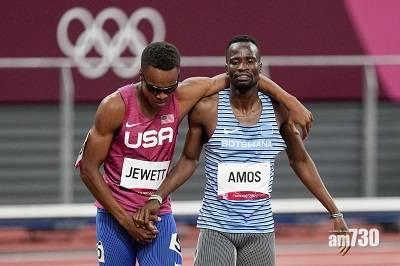東京奧運|800米兩跑手碰撞跌倒  互相攙扶抵終點完成賽事