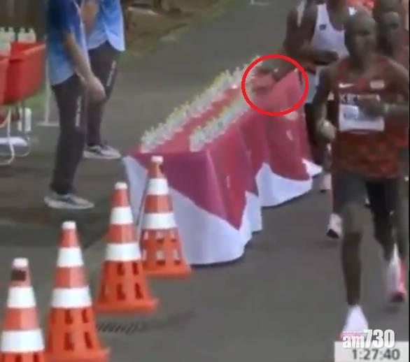 東京奧運 馬拉松比賽法國選手掃跌成排補給水  網民熱議蓄意定體力不支 (有片)