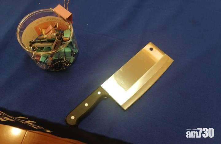 劫匪持菜刀打劫 銀行經理淡定玩手機:你走啦