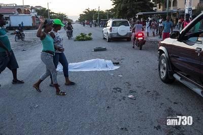 海地大地震 民眾慌忙逃出屋外 喚起11年前30萬死地震災難驚恐