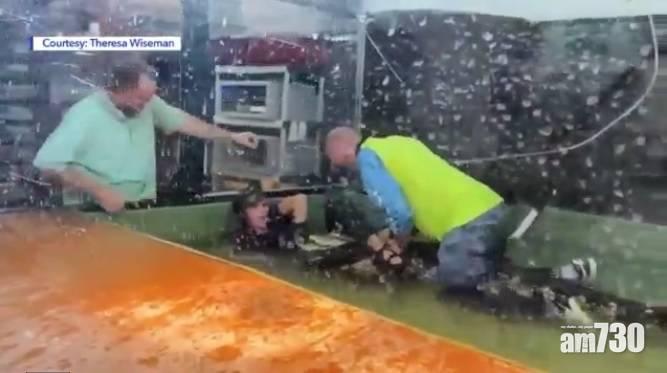 有片|突襲咬手扯進水池  猛男力壓大鱷勇救飼養員