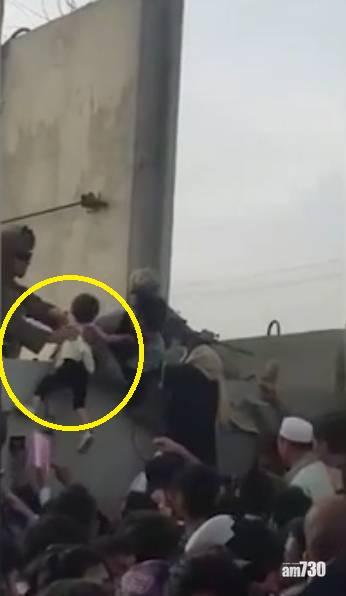 阿富汗局勢 心慯 絕望母親拋嬰兒過機場圍欄 英軍:部分掛在倒刺鐵絲上 (有片)