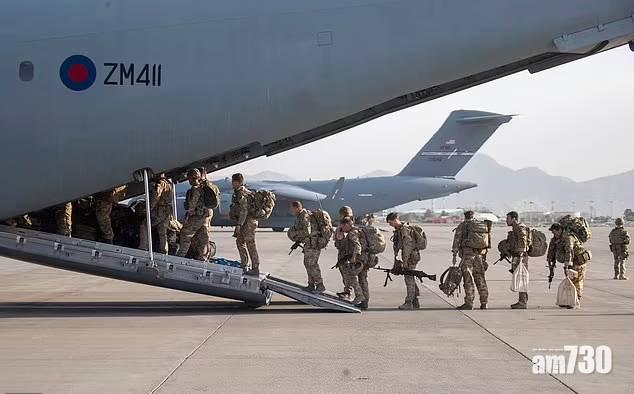 阿富汗局勢 獲英軍助攀過倒刺鐵絲  阿富汗翻譯員與妻兒搭上尾班機