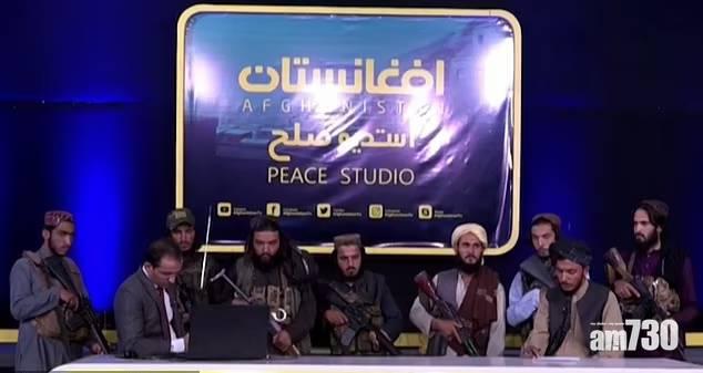 阿富汗局勢|被迫讚美 主播遭持槍塔利班分子包圍報新聞 (有片)
