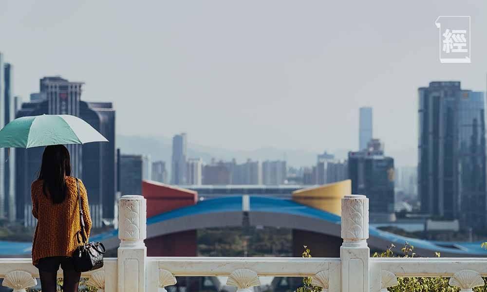 深圳樓市一夜變天,不少地產代理已經有一年未能開單,只能轉行賣車,或者跑滴滴和送外賣。(圖片來源:unsplash)