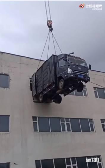網上熱話 貨車司機嫌搬貨上3樓太攰 竟出動吊車「空運」