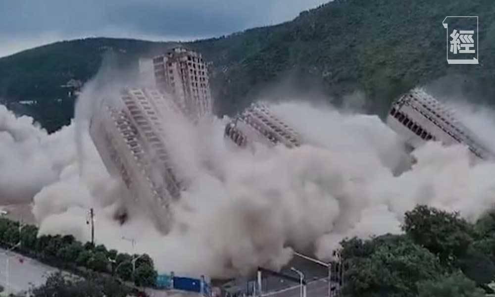 有該區住戶反映,自家房屋受爆破影響,牆身出現裂紋,同時家中天花板脫落,擔心地基存在安全隱憂。(圖片來源:搜狐網)
